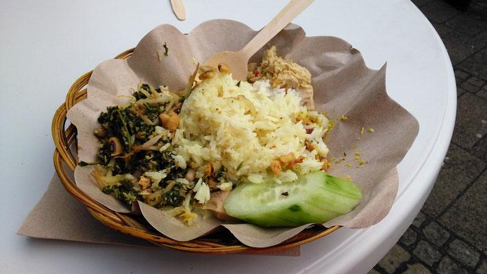 Mittags gab es einen kleinen Imbiss. Grünkohl auf balinesische Art mit Reis, Huhn, Sprossen, Nüssen und feurigen Gewürzen. Lecker!!!