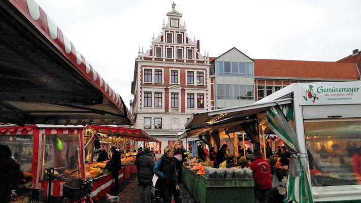 Mittwoch und Samstag ist Markttag vor dem Rathaus