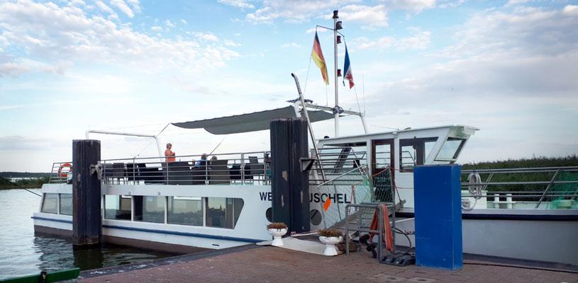 Schwimmendes Restaurant im Hafen. Ehemaliges Gästeschiff von Erich Honecker und seinen Kumpanen. Baureihe mit nur drei Schiffen!