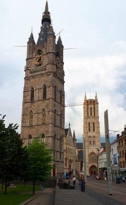 Der Belfried und dahinter der Turm der  St.-Bavo-Kathedrale
