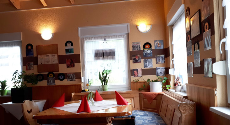 Gaststätte in der Nähe vom Campingplatz. Eine Zeitmaschine mit Vinylplatten an den Wänden.