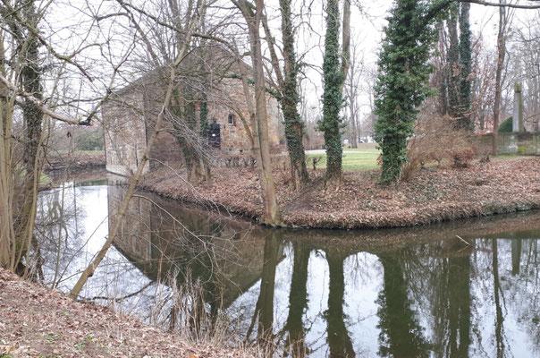 Wassergraben um das Schloss