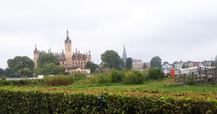 Das Schloss vom See aus betrachtet
