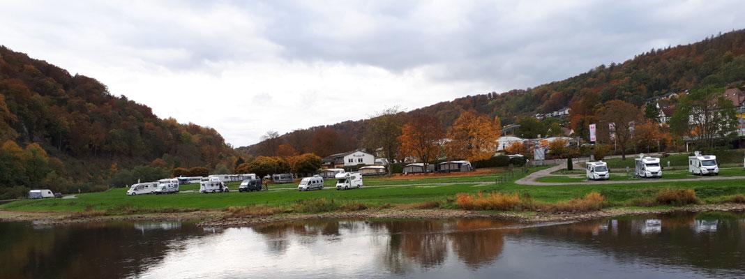 Blick auf die andere Weserseite mit dem großen Campingplatz