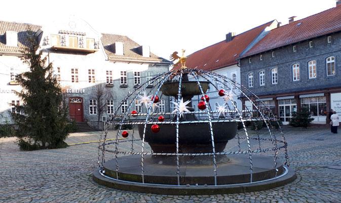 Marktbrunnen mit goldenem Adler