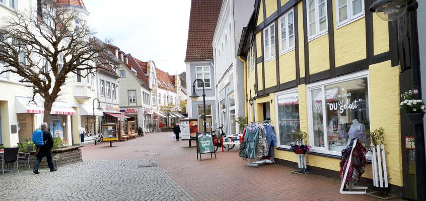 geöffnete Geschäfte in der Fußgängerzone