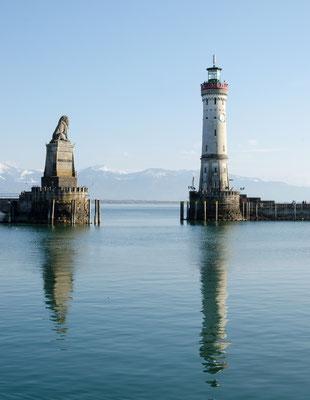 Die Hafeneinfahrt mit bayrischen Löwen und Leuchtturm