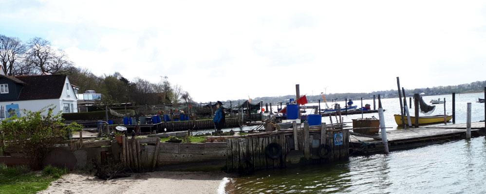 Stege vor den Häusern der ehemaligen Fischersiedlung Holm