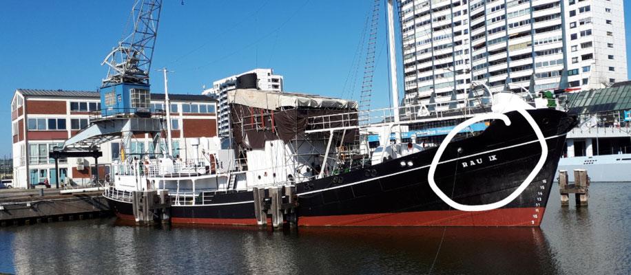 Und das Schiff von Frauchens Familie. Steht jedenfalls der Name drauf