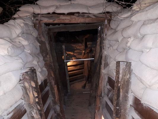 Eingang zum nachgebauten Schützengraben und Bunker