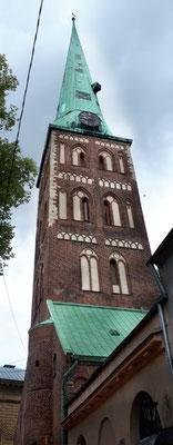 St. Jakobikirche mit außenhängender Glocke. Diese lautet angeblich wenn Untreue Ehefrauen vorbeigehen  :- ))