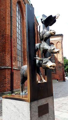 Ein Geschenk der Stadt Bremen. Sie blicken durch einen Spalt im Eisernen Vorhang