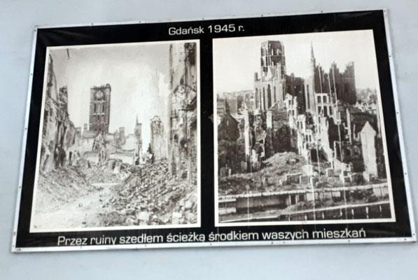 Die zerstörte Langgasse und die Ruinen der Marienkirche.