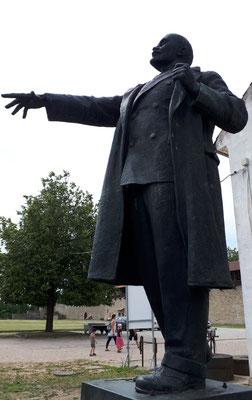 Lenin zeigt nach Russland, da will er hin. Dort liegt er doch schon seit Jahrzehnten  :- ))