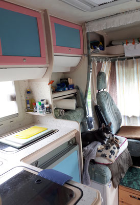 die Küche und die Sitzecke mit neuen Vorhängen