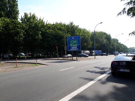 Zufahrt zur Ringstraße vor dem Camperplaats und überdimensionierter Parkpkatz