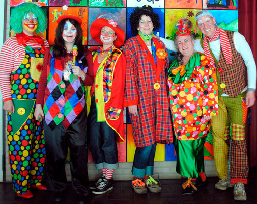 Die Lehrerschaft war als eine bunte Truppe Clowns unterwegs.