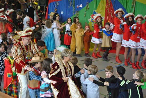 Polonaise mit der gesamten Schule und ihren Gästen