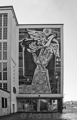 ehemaliges Textilkaufhaus mit Wandbild von Walter Womacka