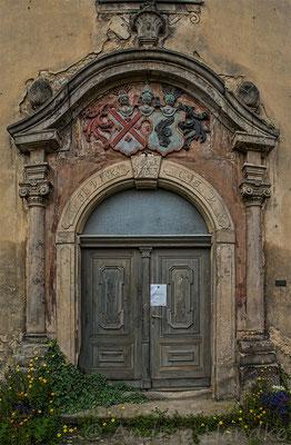 Hauptportal, Schlussstein mit dem Wappen der Familien von Kanitz und von Kyaw