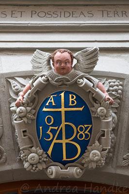 Schlussstein am Rundbogenportal in der Nikolaistraße
