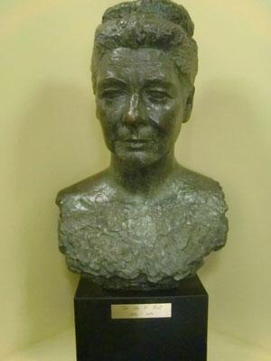 学校にあるロルフ博士の銅像