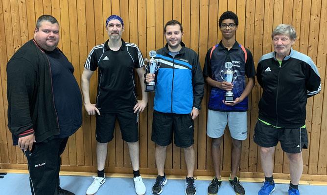 Doppelsiegerehrung im Erwachsenenbereich (v. l. Robert Willach, Olaf Kopplin, Kevin Müller, Jody Adamou und Hans Frittmann)
