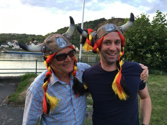 Die Party-Wikinger der TTF: Dr. Dieter Berger und Stefan Wirtz hatten sichtlich Spaß mit ihren Tombola-Gewinnen