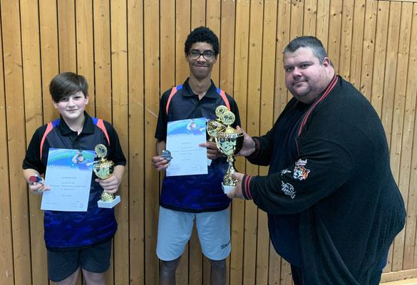 Jugendsiegerehrung im Einzel und Doppel (v. l. Joschka Mertmann, Jody Adamou und Robert Willach)