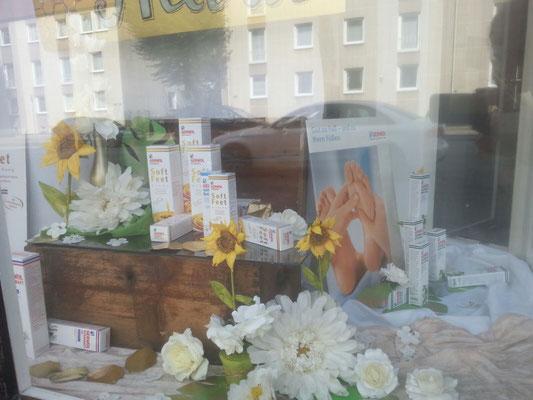 Schaufenster zur Gewohl Serie  mit Milch und Honig sehenswert gestaltet.