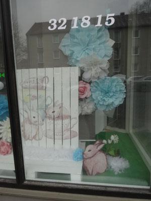 Das Schaufenster zum Hingucker,  im Frühling,  sehenswert gestaltet.