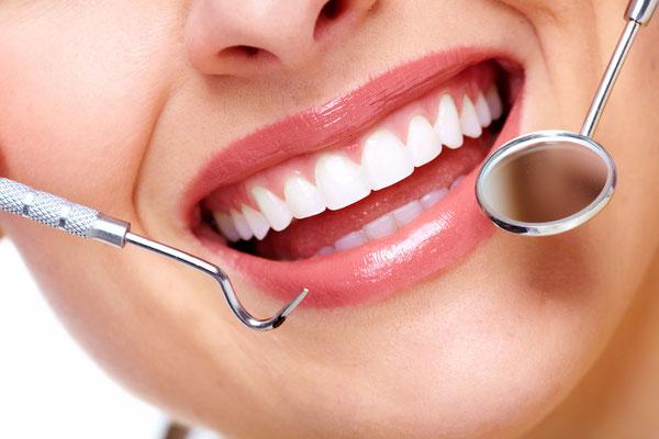 Helle Zähne wirken jugendlich