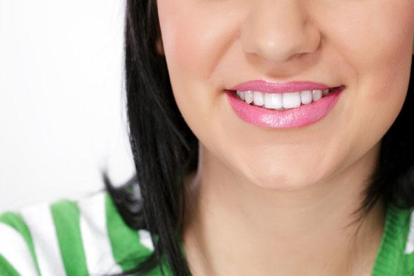 Helle Zähne vermitteln Vitalität