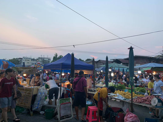 Tha Dindaeng Food Market at Sundown