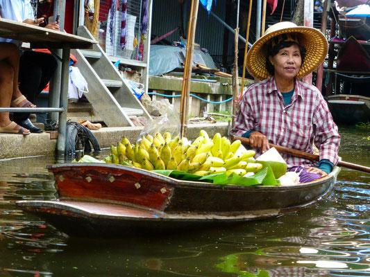 Fruit seller at Damnoen Saduak