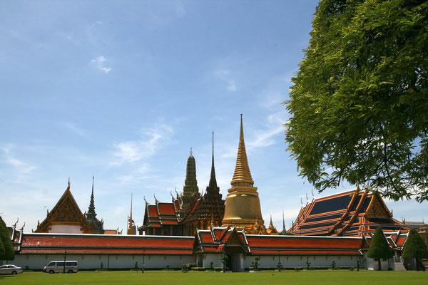 \Wat Phra Kaew seen from the Royal field *Sanam Luang*