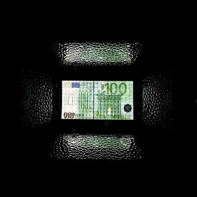 Scheinwerfer mit 100 Euro Schein