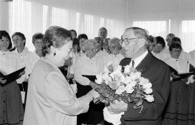 """Die Beauftragte der Familienministerin überreicht dem Vorsitzenden der Liedertafel Groß Nordende W.H.Ochs einen """"Rückebusch"""""""
