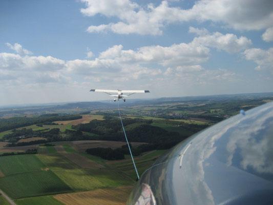 Segelflugzeug im Flugzeugschlepp