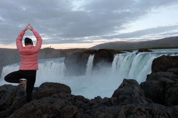 Yogapose am Godafoss