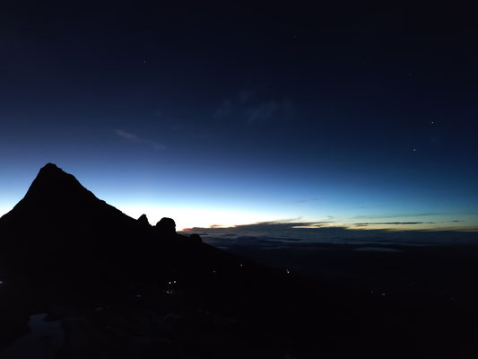 Low's Peak kurz vor Sonnenaufgang, Sabah, Borneo, Malaysia