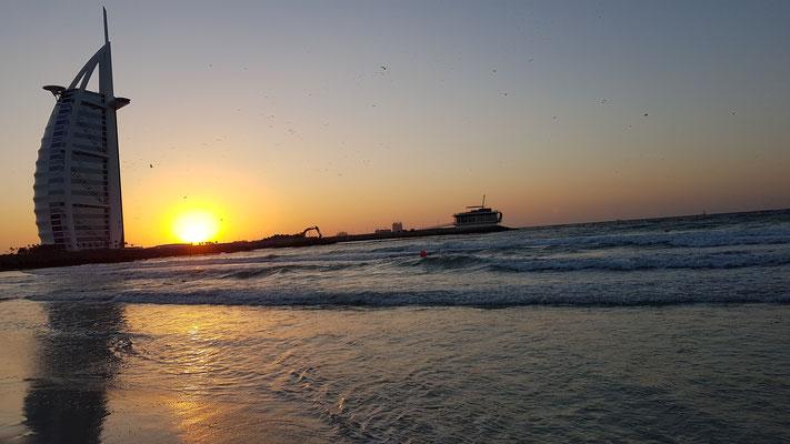 Sonnenuntergang am Jumeirah Beach mit Blick auf das Burj al Arab