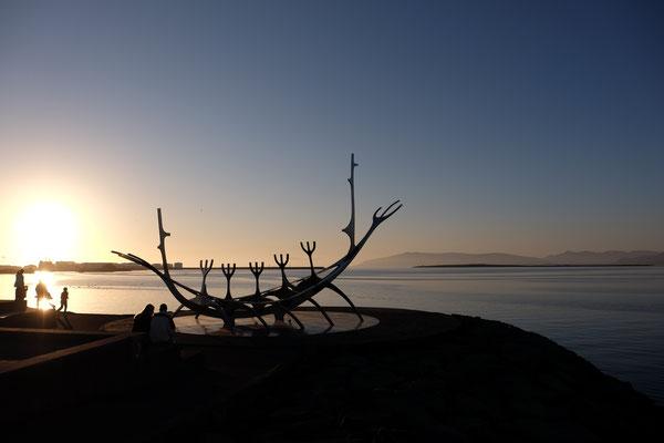 """Statue Wikingerboot """"Sun Voyager"""" am Hafen"""
