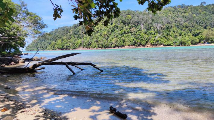 Blick von Sapi Island nach Gaya Island im Tunku Abdul Rahman Park, Sabah, Borneo