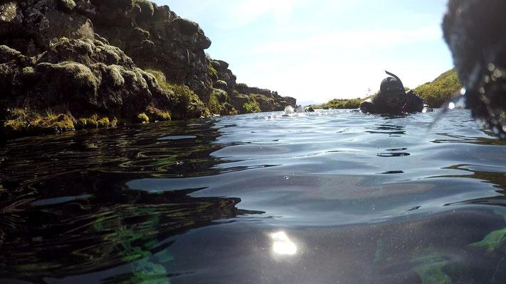 Silfra-Spalte über Wasser