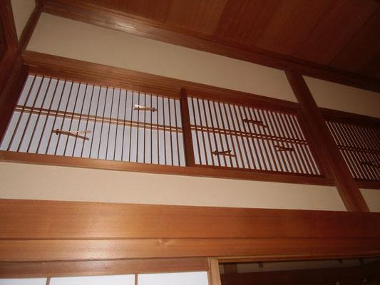 愛山荘・松のお部屋内の松葉細工を入れた欄間障子。