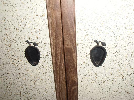 愛山荘・松のお部屋内の戸袋ふすまのまつぼっくりの形の持ち手。
