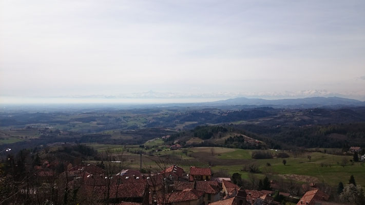 Vista dal Belvedere Motta di Albugnano, sullo sfondo il Cervino