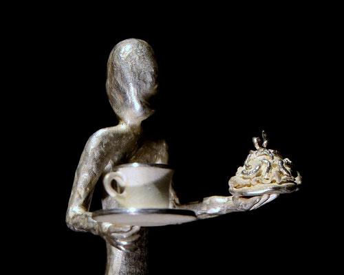 Fika  skulptur av  konstnären Holger Schulz Småland silver och trä