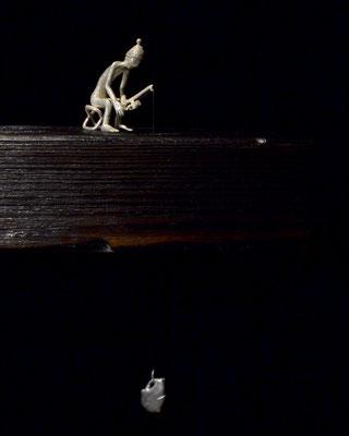 Plastic Fishing Skulptur silver och trä konstnär Holger Schulz Småland